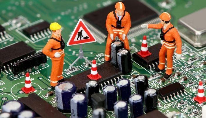 Riesgos flash: operarios trabajando en un chip BIOS
